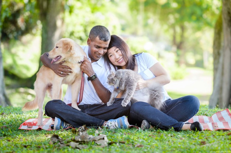 A family with a cat and a dog. Photography by Masakecil.